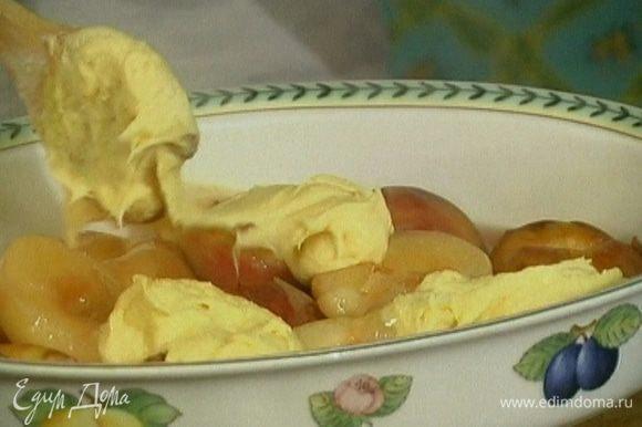 Форму для выпечки смазать оставшимся маслом, уложить в нее персики, сверху выложить тесто и выпекать пудинг в разогретой духовке 25−30 минут.