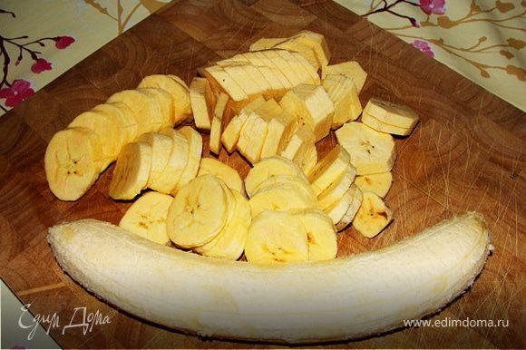 Бананы очищаем от кожуры, нарезаем тонкими кружками. Обжариваем в сковороде примерно 10 минут, на рапсовом или любом нейтральном масле до золотистого цвета.