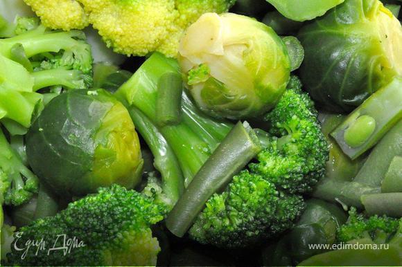В кастрюле с толстым дном разогреем оливковое масло (4-6 столовых ложек), добавим в него сухие специи и через минуту выложим в кастрюлю овощи. Обжарим, постоянно помешивая минут 5, после чего зальем кипятком, чтобы полностью покрыть нашу овощную смесь. Накроем крышкой и варим на среднем огне минут 15. Теперь снимаем кастрюлю с огня, даем чуток остыть и пробиваем суп погружным блендером в пюре. Возвращаем на огонь, прогреваем суп, после чего снимаем с плиты и даем настояться минут 10-15.