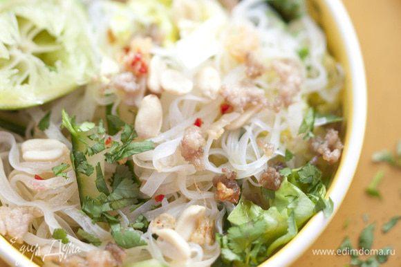 Полить салат заправкой, присыпать орехами и кинзой. Подавать теплым или холодным.