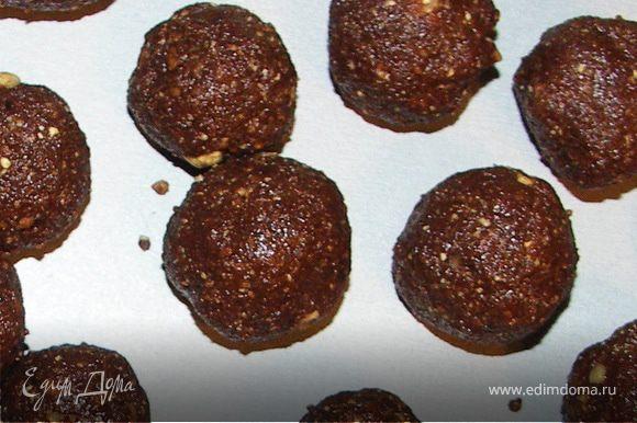 Шоколад растопить на паровой бане.Чернослив измельчить в блендере(если понадобится добавить 2-3 ложки сиропа).Перемешать чернослив и шоколад.Добавить орехи.Ещё раз тщательно перемешать и добавить столько сиропа,сколько понадобится для нужной консистенции.Слепить шарики.