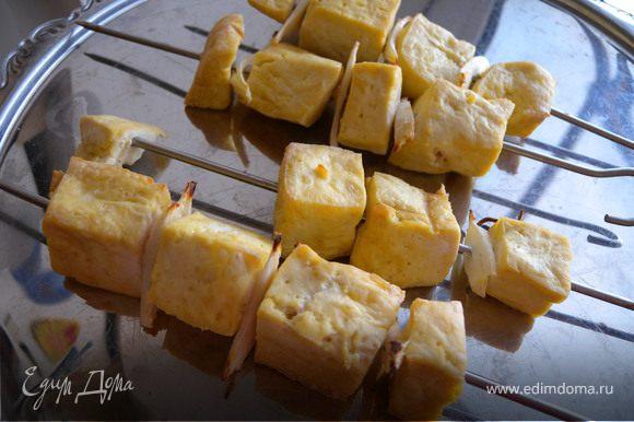 Сыр нанизать на шампур вместе с петрушкой и пастернаком (металл или дерево). овощи помыть, порезать. Загрилить.