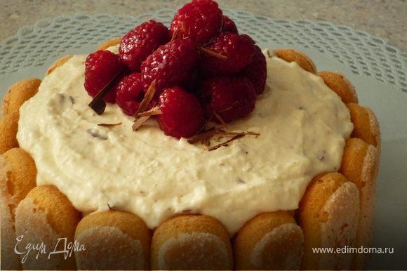 Украсить торт ягодами малины и шоколадной стружкой, которую сделать из оставшегося шоколада ножом или ножем для резки овощей. Приятного аппетита!