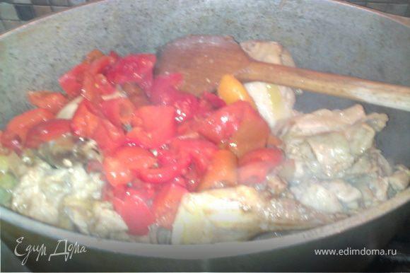 Добавить нарезаный перец, таматный сок и стакан воды. Тушить 10-15 минут.