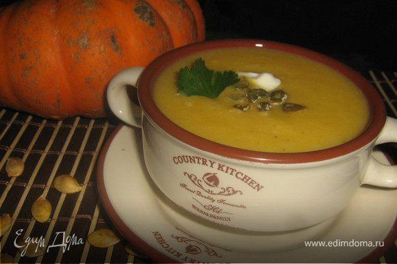 Готовый суп разлить по тарелкам,добавить по ложечке сливок,посыпать семечками и украсить листиком кинзы или петрушки.Не обыкновенно нежный,с ароматом корицы и груши суп!Приятного аппетита!