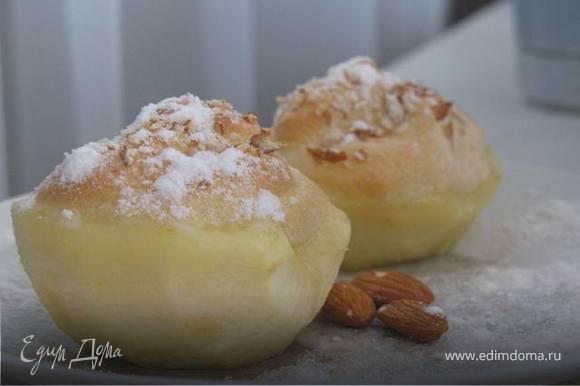 Смешать взбитый белок с желтковатым кремом. половинки яблок вынуть, дать жидкости стечь. Заполнить половинки яблок сладкой массой и посыпать дробленным миндалем или миндальными листочками. Выложить яблоки в плоскую жароупорную форму, смазанную жиром и запекать около 8 минут в духовке при 200*. Посыпать десерт сахарной пудрой. Подавать горячим.