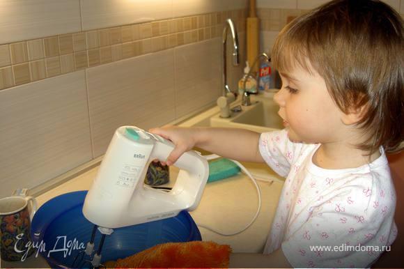 Яйца взбиваем с 2 ст. л. горячей воды и сахарным песком, чтобы сахар полностью растворился. Муку просееваем с разрыхлителем и соединяем со взбитыми яйцами.