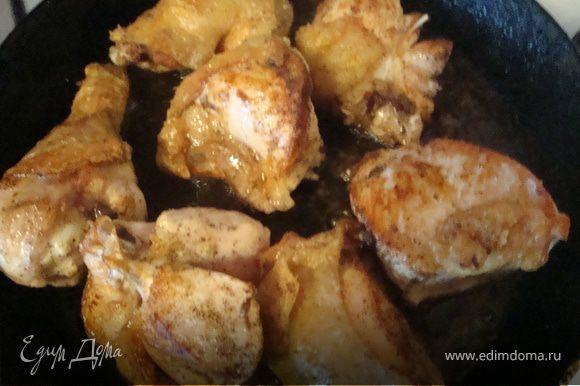 Пока овощи тушаться ,в отдельной сковороде обжариваем кусочки курицы на оливковом масле.Сок ,оставшийся после маринования курицы,вливаем к овощам и ананасу.