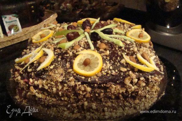 Торт сверху заливаем остывшей шоколадной помадкой,присыпаем орехом и украшаем дольками лимона и целыми орешками миндаля.