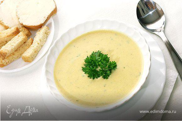 В кипящую подсоленую воду кладем овощи, можно изменить по вкусу Варим их где-то минут 15, чтоб стали мягкими. Затем все, что в нашем супе плавает, вытаскиваем и запихиваем в блендер. Пока мы превращаем овощи в кашу, неплохо бы закинуть в бульон плавленный сыр. Добавить специи по вкусу и минут 5 еще подержать на медленном огне. Суп получается достаточно сытным, но не сильно калорийным.