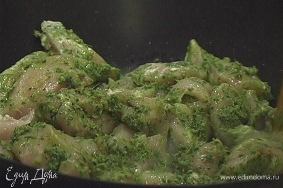 В сковороде-вок разогреть 1−2 ст. ложки растительного масла и в течение 2−4 минут обжаривать в нем кусочки курицы.