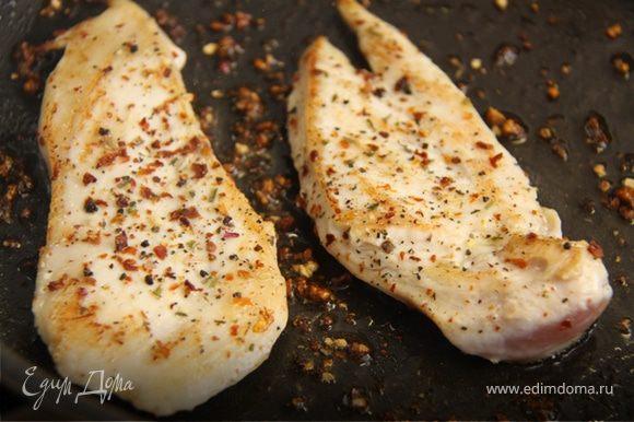4. Обжариваем филе на сильном огне, в небольшом количестве оливкового масла . Добавляем специи по вкусу.