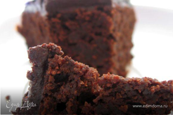 Приготовить глазурь. Шоколад растопить на водяной бане или в микроволновке. Сметану комнатной температуры взбить с сахарной пудрой, добавить слегка остывший растопленный шоколад и снова взбить. Распределить глазурь по поверхности и блокам остывшего торта, разровнять ножом или шпателем. Дать постоять торту 15-20 минут при комнатной температуре и подавать. Приятного аппетита!