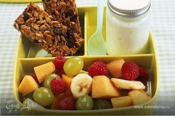 полдник - мюсли, фруктовый салат, йогурт