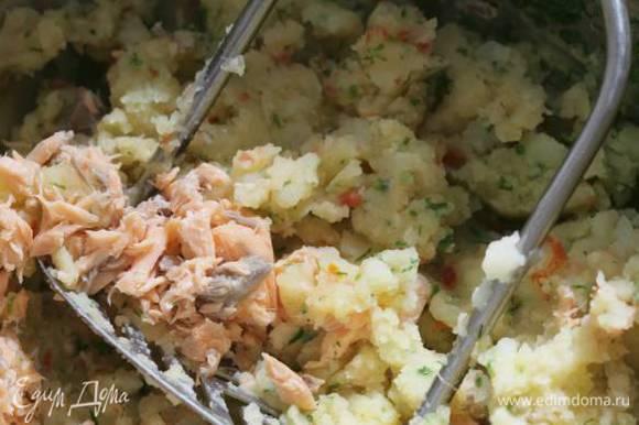 Отваренную форель раскрошить вилкой, соединить с пюре, хорошенько перемешать. Если нужно, добавить немного соли и перца.