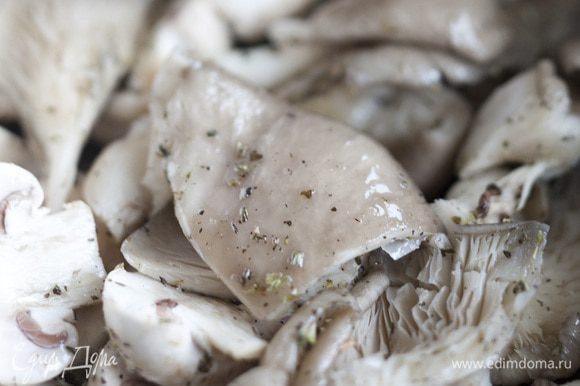Добавить к грибам прованские травы, майоран, соль, перец, растительное масло, все перемешать.