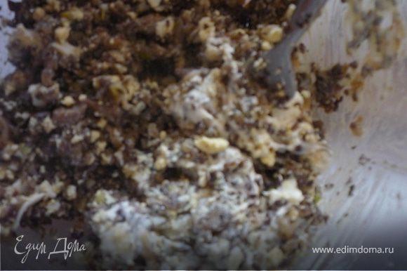 Для начинки: Мелко шинкуем лук, ножки шампиньонов, окорок. Разогреваем столовую ложку оливкого масла, пассируем лук до легкого золотистого цвета, добавляем грибные ножки и выпариваем всю воду, затем добавляем окорок и жарим несколько минут, посыпаем прованскими травами и листиками розмарина, добавляем плавленный сыр и тщательно перемешиваем, снимаем с огня.