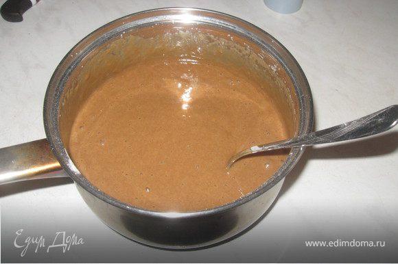 Добавить к яйцам соду, молоко, какао. Перемешать хорошо. Добавить муку и еще раз все перемешать до однородной массы.
