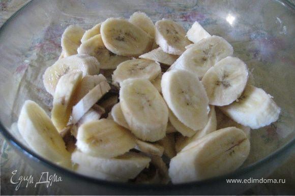 Бананы очистить, нарезать по диагонали ломтиками 3 мм толщиной.