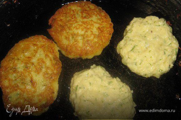 Картофель вымыть,очистить,натереть на мелкой тёрке,добавить к картофелю очищенные и натёртые на мелкой тёрке яблоко и лук,мелко нарезанный укроп,добавить яйцо,масло,сахар,специи и муку,хорошо перемешать,если тесто будет слишком жидким добавить ещё муки.В сковороде хорошо разогреть раст.масло.Ложкой выкладывать оладьи и выпекать с двух сторон до золотистого цвета