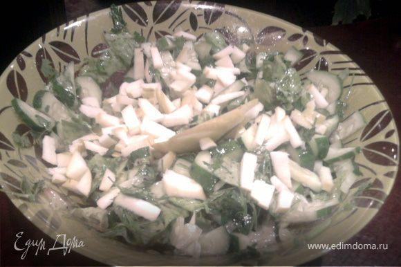 Оливковое масло,пол чайноц ложечки горчицы.соль,перец свежемолотый черный,лимонный сок взбиваем венчиком и этим соусом заправляем салат.