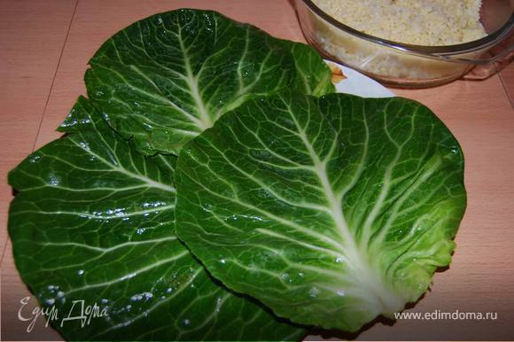 Капустные листья отварить в подсоленной воде 3-5 минут до размягчения.