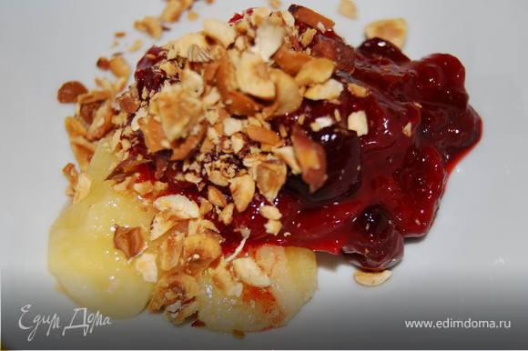 Из ягод кизила удаляем косточки, добавляем дробленый фундук,мед, немного свежей мяты.