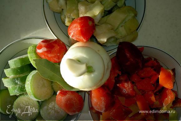 У меня все овощи свои из морозилки. подготовленные. Если свежие действуем так: кабачки порежем кружками, баклажаны - кубиками, помидоры крупными дольками; нарежем лук, измельчим чеснок (давилку никогда не использую).
