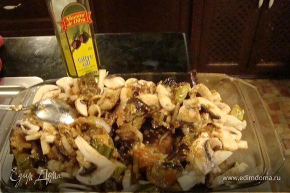 Грибы нарезаем пластинками. Овощи складываем в жароупорную форму, добавляем грибы, премешиваем все.