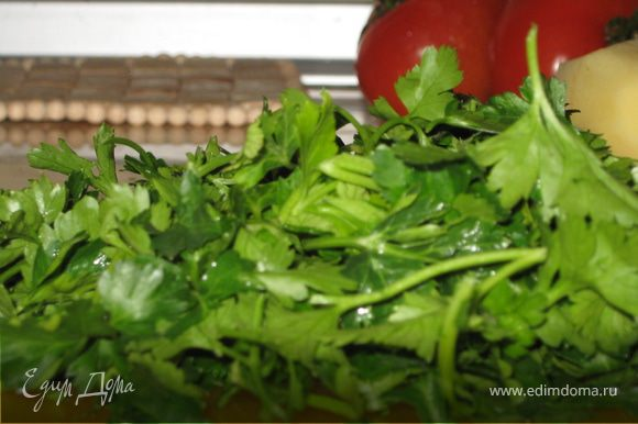 Порубим зелень, она понадобится нам для пересыпки каждого слоя овощей