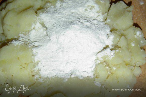 Отвариваем картофель и толчем его до состояния пюре.К остывшему пюре добавить муку и замесить тесто.Раскатываем тесто в форме жгутов и нарезаем небольшими кусочками.Доску присыпать мукой и разложить так, чтобы они не слиплись.Орехи измельчаем и выкладываем на тарелку, на другую тарелку кладем кокосовую стружку, сахар смешиваем с ванилином и помещаем на отдельную тарелку,В кипящую воду бросаем гомбовцы и варим до момента всплытия, затем вылавливаем их шумовкой,даем стечь воде и окунаем в растительное масло,потом в сахар,орехи или кокосовую стружку. В середину можно положить сливовое повидло или джем. Приятного аппетита!!!