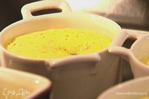 Поместить формочки в глубокий противень, наполовину заполненный горячей водой, и отправить в разогретую духовку на 7–10 минут.