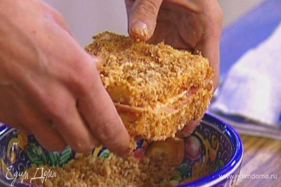 Обмакнуть тост в яйцо с двух сторон, чтобы хлеб пропитался, а затем обвалять со всех сторон в сухарях.