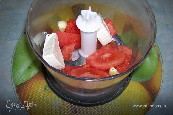 2-я начинка. Блендером до пюреобразного состояния измельчить помидор, 2 зубка чеснока и 3 треугольничка сыра. Посолить по вкусу. Чтобы начинка не была слишком жидкой, добавим в нее немного картофеля, который у нас останется (см.следующий шаг).