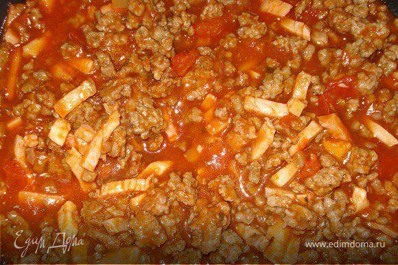 Фарш обжарить на сковороде в течении 3 мин., добавить буженину, томатную пасту и соус с шампиньонами, соль, перец. и потушить минут 5.