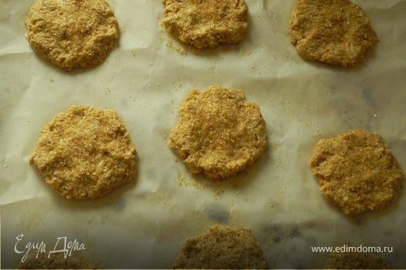 Сформировать лепёшки.Посыпать сверху сахаром.