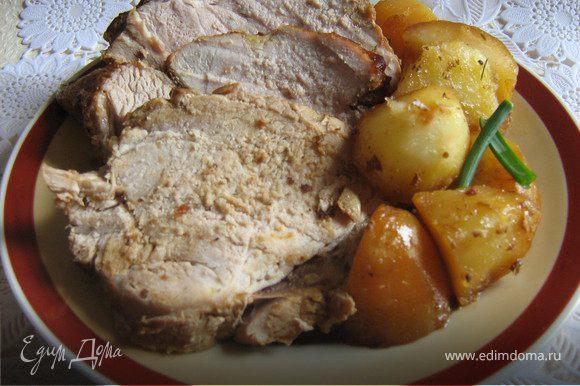 При подаче мясо нарезать на порционные куски,гарнировать картофелем и луком и подавать. Скажите на мудрила?Почему сразу не положила в пакет? Ну,да,есть не много,на мудрила,но если бы сразу положила в пакет,мясо бы не было румяным,а картофель пока готовилось мясо превратилось бы в пюре,а так мясо получилось очень сочным и мягким и картошечка не разварилась,целая снаружи и мягкая внутри! Приятного аппетита!
