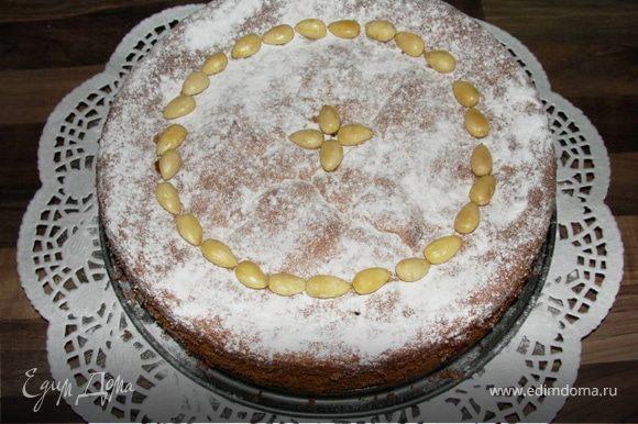 30 грамм миндаля порубить ножом(можно оставить целым) для украшения готового пирога. Если пирог готов, даем ему остыть, снимаем форму и посыпаем сахарной пудрой, украшаем миндалем. Очень вкусно так же со взбитыми сливками или ванильным пудингом! Приятного чаепития!