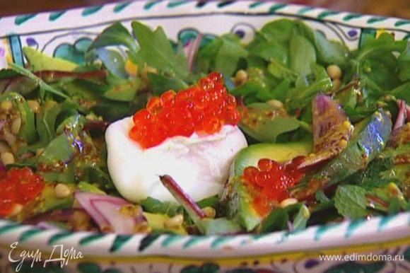 Украсить салат красной икрой, посыпать оставшейся мятой.
