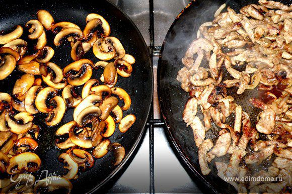 Жарю грибы на оливковом масле и на отдельной сковородке.Для того что бы грибы стали рюмяные.Рядом жарится мясо с луком на подсолнечном масле.