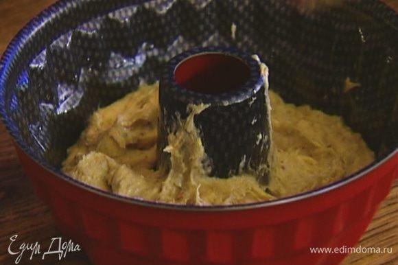 Форму для выпечки смазать растительным маслом, выложить тесто, равномерно распределить и отправить в разогретую духовку на 25–30 минут.
