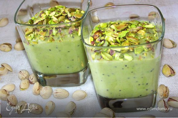 Уложить крем в стаканчики и щедро посыпать орешками.Приятного аппетита:))