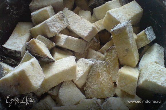 Баклажаны порезать небольшими брусочками, обвалять в муке и обжарить на растительном масле. Выложить на бумажное полотенце, чтобы масло стекло.
