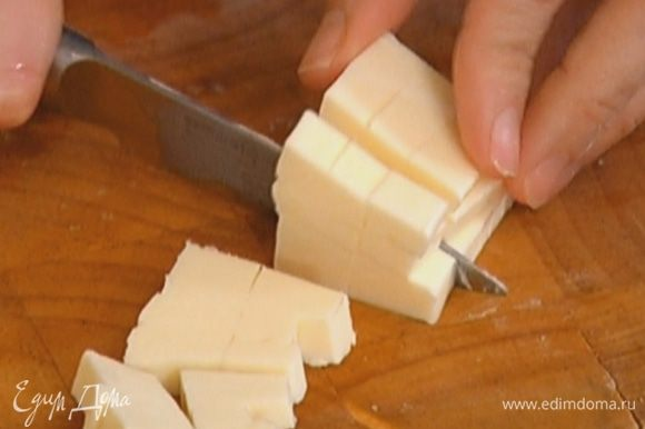 Предварительно охлажденное сливочное масло порезать кусочками.