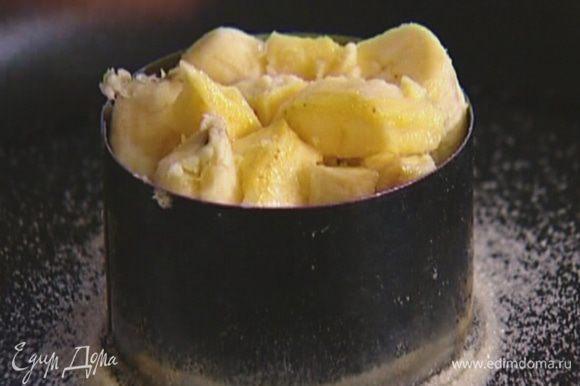 Бананы почистить, нарезать кружками и очень плотно уложить в кондитерское кольцо, так чтобы оно было полностью заполнено.