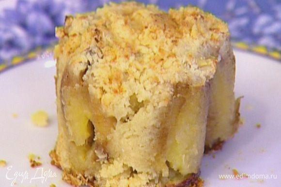 Готовые бананы в кольце переложить на тарелку, ножом отделить от стенок кольца, затем снять его.