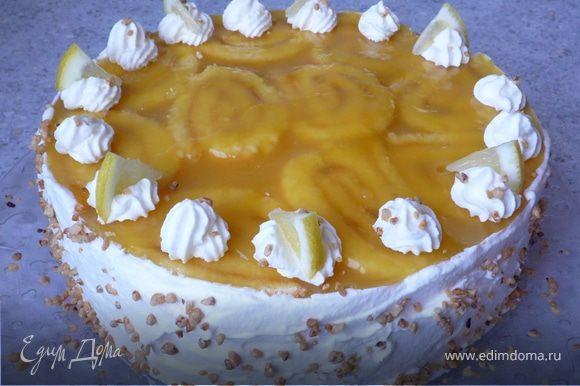 Взбиваем 200мл. сливок. 2/3 сливок обмазываем бока торта, оставшуюся часть из кондитерского мешка с насадкой-звездой в виде башенок выдавливаем на торт. Украшаем смесью из лесных орехов и дольками апельсина. Приятного аппетита!
