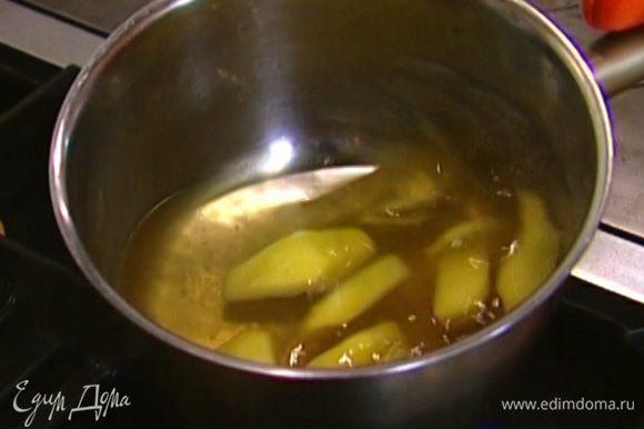 В небольшой кастрюле разогреть 250 мл воды вместе с сахаром, добавить имбирь, довести до кипения и варить 5 минут.