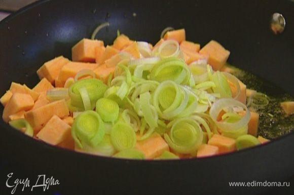 Разогреть в сковороде 1 ч. ложку оливкового масла и сливочное масло и обжаривать лук и картофель до появления золотистой корочки.