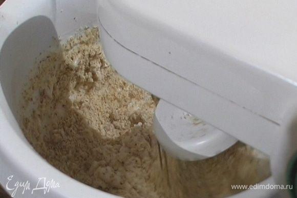 К белкам добавить щепотку соли и 125 г сахарной пудры, взбить в крепкую пену, затем, продолжая взбивать на малой скорости, добавить измельченный миндаль.